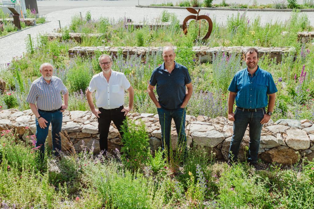 Beim EBF-Sommertreffen 2021 in Latsch, Südtirol: Das EBF-Präsidium (v.l.n.r) - Peter Rolker (Vizepräsident) , Fritz Prem (Präsident) und Leonhard Wellenzohn (Vizepräsident), sowie Patrik Gamper, Obmann des Vereins Bio Vinschgau